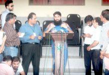 لاہور: سابق کپتان مصباح الحق قذافی اسٹیڈیم میں پریس کانفرنس کرتے ہوئے