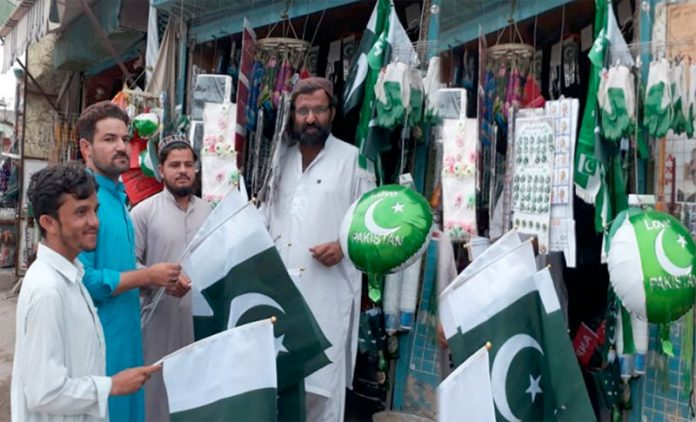 ہرنائی،شہری جشن آزادی کے سلسلے میں سبزہلالی پرچم و دیگر سامان کی خریداری کررہے ہیں