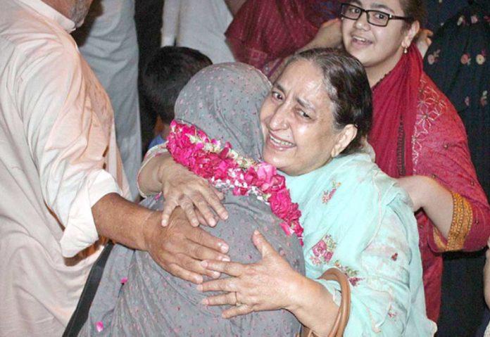 لاہور،فریضہ حج کی ادائیگی کے بعد وطن واپس آنے والی خاتون کا رشتے دارائرپورٹ پر پرتپاک استقبال کررہے ہیں