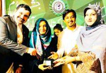 چیئرمین کراچی تاجرالائنس ایسوسی ایشن ایاز میمن موتی والا سندس زیدی کو گفٹ دے رہے ہیں