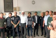 کوالالمپور: عدالت میں پیشی کے موقع پر عملہ، پولیس، وکلا اور دیگر معروف مسلمان مبلغ ڈاکٹر ذاکر نائیک کے ساتھ تصویر بنوا رہے ہیں