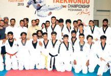 پشاور: انٹر کلب تائیکوانڈوچیمپئن شپ کے افتتاح کے موقع پر کھلاڑیوں کا مہمان خصوصی کے ساتھ گروپ فوٹو