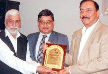 عزیز منصور روٹری انٹرنیشنل کے گورنر رئیس احمد خان کو ایوارڈ دے رہے ہیں
