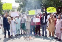 لاہور، آل پاکستان کلرکس ایسوسی ایشن (ایپکا) کے تحت مطالبات کی عدم منظوری پر پنجاب اسمبلی کے سامنے احتجاج کیا جارہا ہے