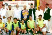 انویریکس ٹرافی یوم آزادی باسکٹ بال ٹورنامنٹ میں شریک ٹیم کا میچ سے قبل مہمان خصوصی اور منتظمین کے ساتھ گروپ فوٹو
