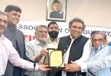 وفاقی وزیربحری امور سید علی حیدر زیدی کوبی ایم جی کے سرپرست اعلیٰ سراج قاسم تیلی شیلڈ پیش کررہے ہیں