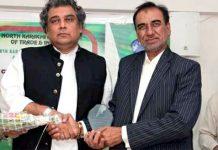 نارتھ کراچی ایسوسی ایشن آف ٹریڈ اینڈ انڈسٹری کے سرپرست اعلیٰ کیپٹن اے معیز خان،صدر سید طارق رشیدوفاقی وزیر بحری امورسید علی حیدر زیدی کوگلدستہ پیش کررہے ہیں