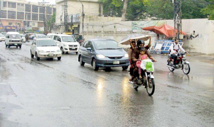 لاہور،شہریوں کو بارش کے باعث ٹریفک کی روانی میں دشواری کاسامنا ہے