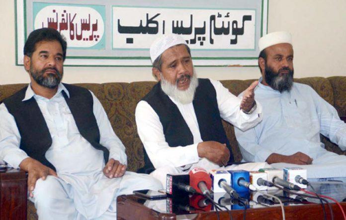 امیرجماعت اسلامی بلوچستان مولاناعبدالحق ہاشمی پریس کانفرنس کررہے ہیں