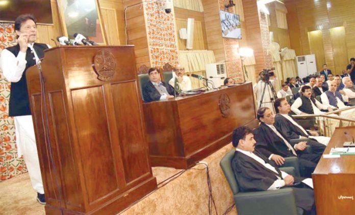 مظفر آباد: وزیراعظم عمران خان آزاد کشمیر قانون ساز اسمبلی کے خصوصی اجلاس سے خطاب کررہے ہیں