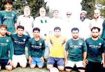 پشاور: ریجنل اسپورٹس آفیسر کوہاٹ سکندر شاہ کا انٹرڈسٹرکٹ فٹبال ٹورنامنٹ کے افتتاح کے موقع پرکھلاڑیوں کے ساتھ گروپ فوٹو