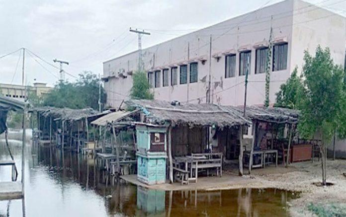 بدین ،ڈی سی دفتر کے سامنے بارش کاپانی ابھی تک جمع ہے جو مقامی انتظامیہ کی کارکردگی کا پول کھول رہا ہے