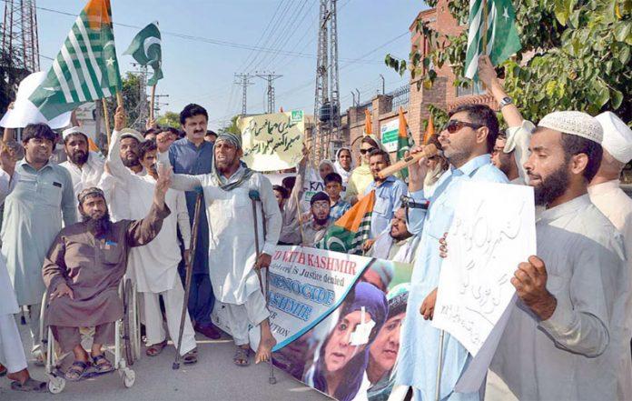 پشاور،معذور افراد مطالبات کے حق میں پریس کلب کے سامنے مظاہرہ کررہے ہیں
