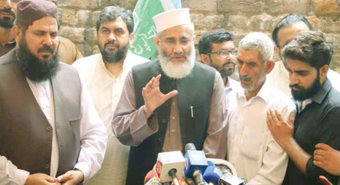 لاہور : امیر جماعت اسلامی پاکستان سراج الحق پاک فوج کے شہید جوان تیمور کے والد کے ساتھ میڈیا سے گفتگو کررہے ہیں