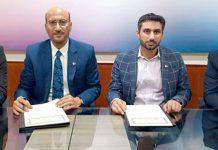 گروپ ہیڈ میزان بینک ارشد مجید اور چیف ایگزیکٹو آفیسرکار فرسٹ راجہ مراد خان د ستخط کررہے ہیں