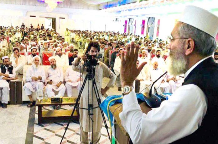 امیر جماعت اسلامی پاکستان سینیٹر سراج الحق دیر پائین میں تقریب سے خطاب کررہے ہیں