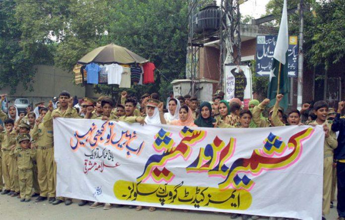 لاہور،ایمز کیڈٹ گروپ آف اسکولز کے تحت کشمیریوںکی حمایت میں پریس کلب کے سامنے مظاہرہ کیا جارہا ہے