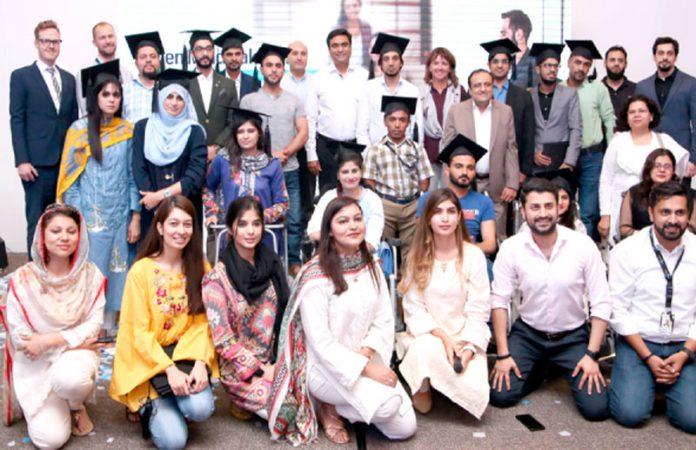 ٹیلی نا ر پروگرام 'اوپن مائنڈ پاکستان ' کے چھٹے ایڈیشن 20ٹرینزکا گروپ فوٹو