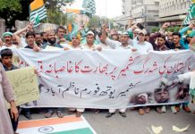 کشمیر یوتھ فارم ناظم آباد کے تحت مظلوم کشمیریوں کے حق میں پریس کلب کے سامنے مظاہرہ کیا جا رہا ہے