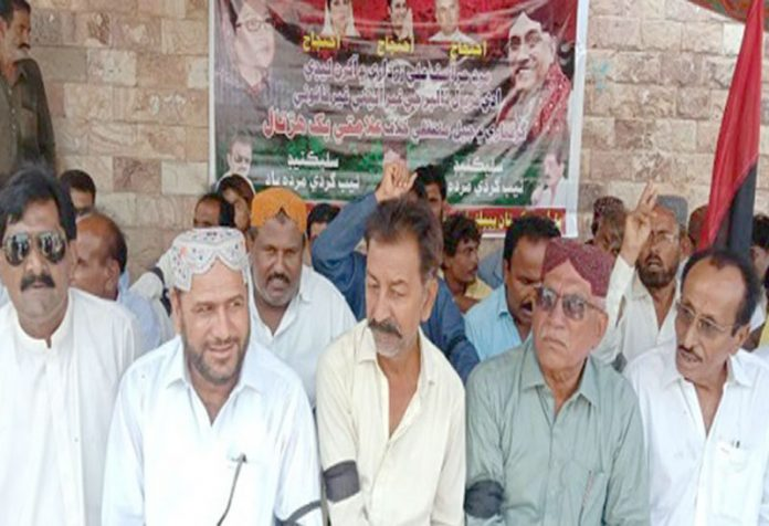 بدین ، پ پ پ کے تحت مطالبات کے حق میں مظاہرہ کیا جارہا ہے