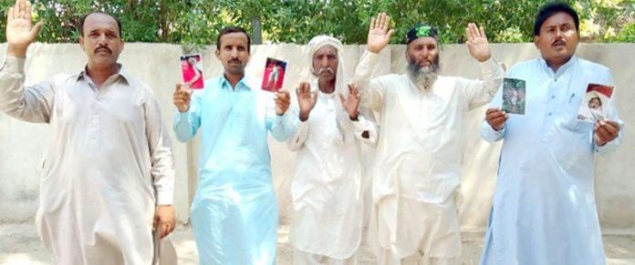 لاڑکانہ ،بااثر وڈیرے کے خلاف مشوری برادری کے افراد احتجاج کررہے ہیں