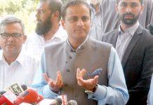 مشیر وزیراعلیٰ سندھ بیرسٹرمرتضیٰ وہاب صحافیوں سے بات چیت کر رہے ہیں