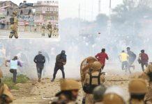 سری نگر: جمعے کو کرفیو توڑ کر احتجاج کرنے والے کشمیریوں پر قابض فوج شیلنگ کررہی ہے' چھوٹی تصویر میں اہلکار نہتے کشمیریوں کی تاک میں لگے ہوئے ہیں
