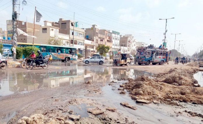 ملیر:سعودآباد چورنگی پر سیوریج کاپانی مہینوںسے جمع ہے، کوئی پرسان حال نہیں