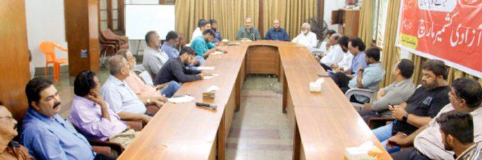 حافظ نعیم الرحمن ادارہ نورحق میں مختلف ٹی وی چینلز و اخبارات سے وابستہ رپورٹرز کی نشست سے خطاب کررہے ہیں