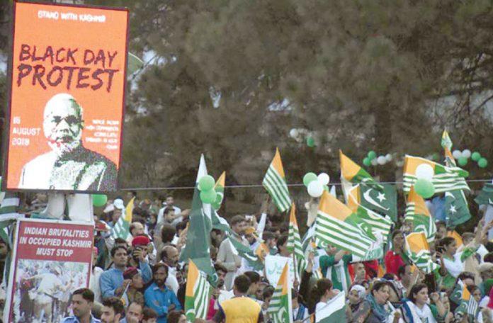 اسلام آباد: ڈی چوک پر لوگوں کی بڑی تعداد پاکستانی اور کشمیری پرچم اٹھائے بھارت احتجاجی مظاہرے میں شریک ہے