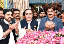 گورنر اور وزیراعلیٰ سندھ عبداللہ شاہ غازی کے مزار پر فاتحہ پڑرہے ہیں