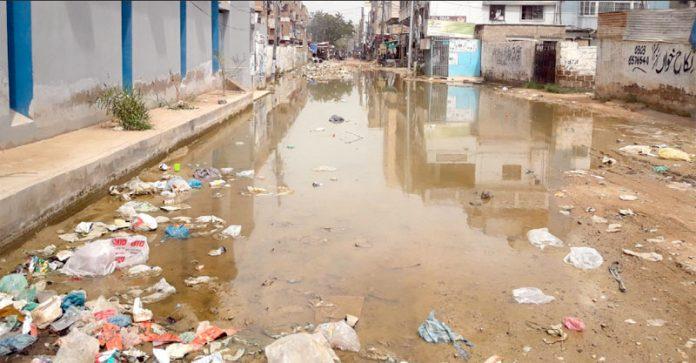 احسن آباد اسکیم 33 نزد گلشن معمار میں گٹر کا پانی تالابوں کی شکل اختیار کر چکا ہے جس سے وبائی امراض پھوٹنے کاخدشہ ہے