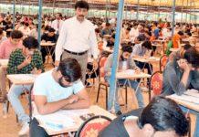 وائس چانسلر داؤد انجینئرنگ یونیورسٹی ڈاکٹر فیض اللہ عباسی و دیگر داخلہ ٹیسٹ کے دوران معائنہ کر رہے ہیں