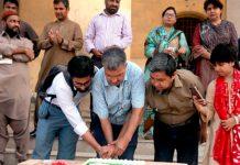 ڈی جے سائنس کالج میں پرنسپل شہزاد مسلم اور ناظم جمعیت عامر بلوچ یوم آزادی کا کیک کاٹ رہے ہیں