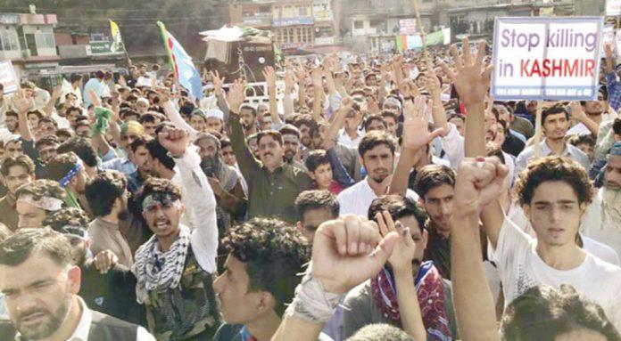 چناری: اسلامی جمعیت طلبہ آزاد کشمیر کے زیر اہتمام ریلی کے شرکا بھارت مخالف اور تحریک آزادی کے حق میں نعرے لگا رہے ہیں