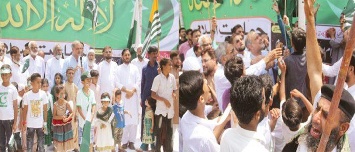 امیر جماعت اسلامی کراچی حافظ نعیم الرحمن ادارہ نور حق میں پاکستان اور کشمیر کے پرچم فضا میں بلند کررہے ہیں' دوسری طرف پرچم کشائی کے موقع پر خطاب کررہے ہیں