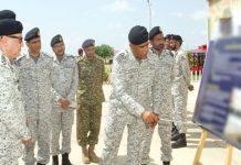 نیول چیف ایڈمرل ظفر محمود عباسی کو اسپیشل سروس آپریشنل ٹریننگ سینٹر کے بارے میں بریفنگ دی جارہی ہے