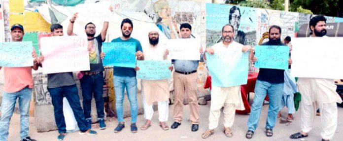 بحریہ ٹاؤن کراچی کے متاثرین اپنے مطالبات کے حق میں مظاہرہ کررہے ہیں