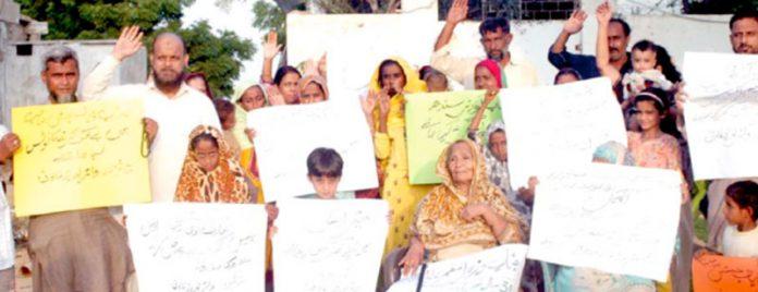 واٹربورڈ کالونی کی متاثرہ خواتین، مرد اور بچے بینرز ہاتھوں میں پکڑے مظاہرہ کررہے ہیں