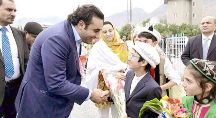 اسکردو: پیپلزپارٹی کے چیئرمین بلاول زرداری کے اسکردو پہنچنے پر پھولوں کا گلدستہ اٹھائے بچے استقبال کررہے ہیں