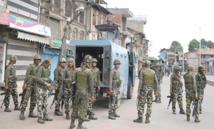 سری نگر: مقبوضہ وادی میں کرفیو کے 17ویں روز بھی قابض بھارتی فوج کے اہلکار وں نے ایک علاقے کا گھیرائو کررکھا ہے
