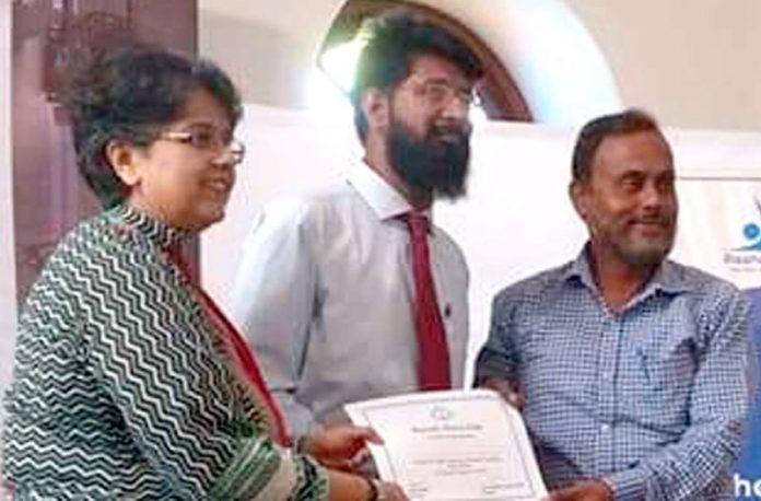 کراچی پریس کلب میں راہب سلوشن کے زیراہتمام کیمرا اینڈ لائٹس ٹیکنکس کے سلسلے منعقدہ ورکشاپ میں سی ای او شرمینی لاری اور سید مصباح الدین قادری منیر عقیل انصاری کو سرٹیفکیٹ دے رہے ہیں