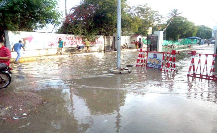 کراچی: این آئی سی وی ڈی کے مرکزی دروازے پر 10 روز سے سیوریج کا پانی کھڑا ہے، جس سے مریضوں کو مشکلات کا سامنا ہے