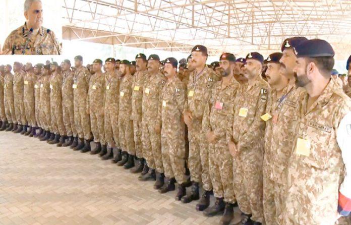 راولپنڈی: آرمی چیف جنرل قمر جاوید باجوہ فارمیشن آف اسٹرائیک کور کے دورے کے موقع پر جوانوں سے خطاب کررہے ہیں