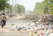 کراچی کے علاقے کورنگی میں ایک سٹرک پر کچرے کے ڈھیر لگے ہیں جس کے باعث گاڑیوں کا گزرنا تقریباً ناممکن ہے