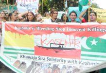 خواجہ سرا کشمیر میں نسل کشی رکوانے کے لیے پریس کلب کے سامنے احتجاج کر رہے ہیں (فوٹو: محمد احمد)