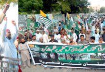 پاکستان سنی تحریک کے رہنما پریس کلب کے سامنے مظاہرے سے خطاب کر رہے ہیں (فوٹو: محمد احمد)
