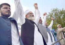 پشاور: امیر جماعت اسلامی سراج الحق' سینیٹر مشتاق احمد خان ودیگر کشمیر بچاؤ ریلی میں اظہار یکجہتی کررہے ہیں