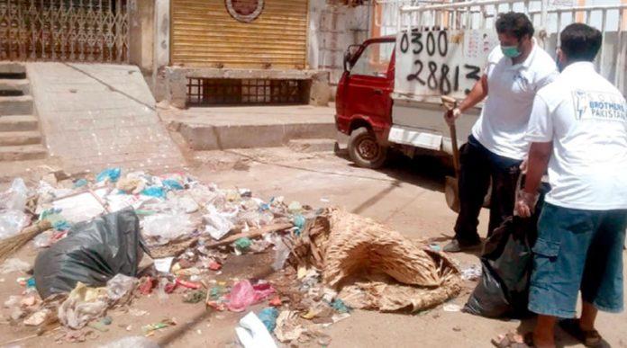 آرام باغ کے رہائشی اپنی مدد آپ کے تحت کچرا صاف کر رہے ہیں