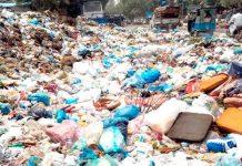 لیاقت آباد میں سڑک پر کئی ہفتوں سے کچرا ڈمنگ پوائنٹ بنی ہوئی ہے